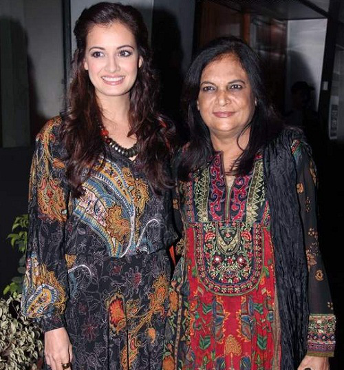 dia mirza Mother