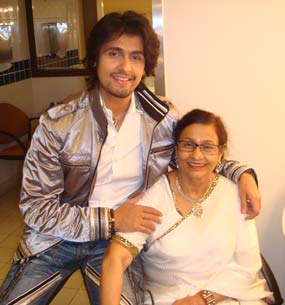 sonu nigam Mother