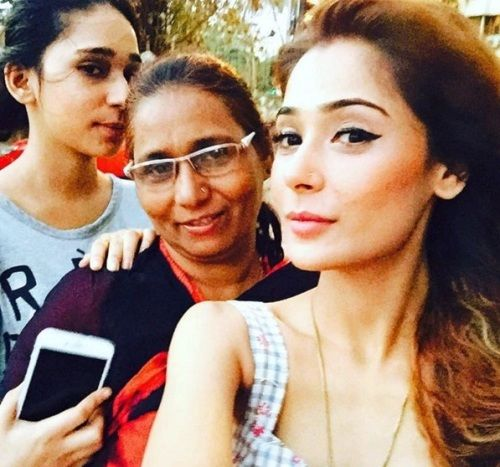 Sara Khan Family Pictures, Father And Mother Name, Husband, Biography