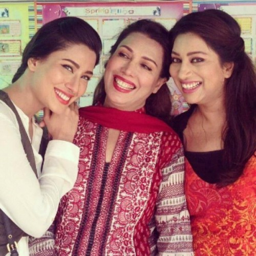 mehwish-hayat-family-pics-father-and-mother-name-biography
