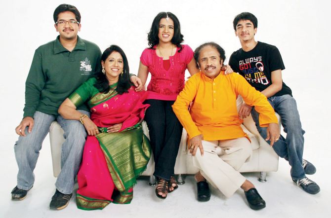Kavita Krishnamurthy Family Photos, Father, Age, Height, Biography