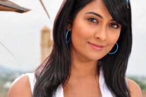 Radhika Pandit Family Photos, Father, Mother, Husband, Brother, Age, Height, Bio