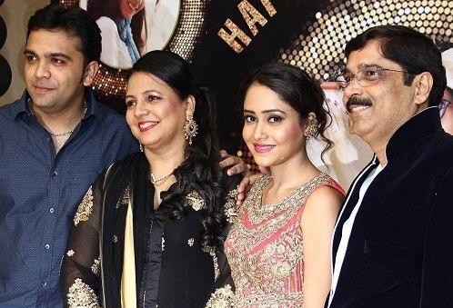 Aasiya Kazi Family Photos, Father, Mother, Husband, Age, Bio