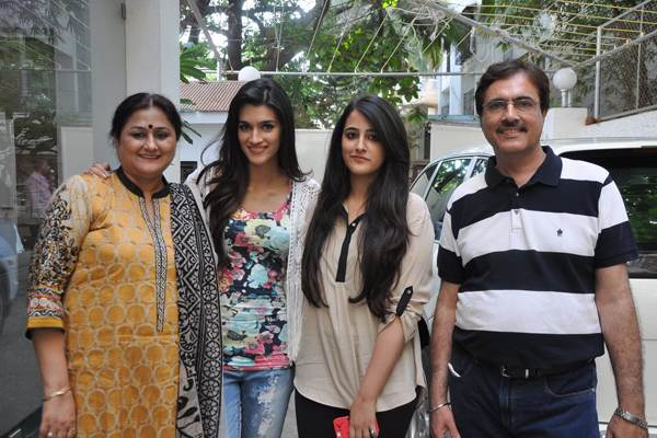 Kriti Sanon Family Photos, Father, Mother, Sister, Age, Height, Bio