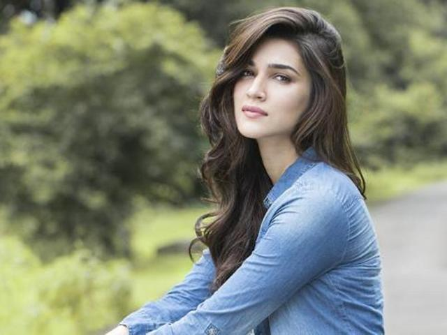 Kriti Sanon Family Photos, Father, Mother, Sister, Husband, Age, Height, Bio
